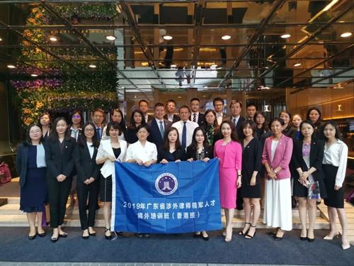 省律协副会长童新、港澳台和外事委副主任杨闰与优秀学员们合影